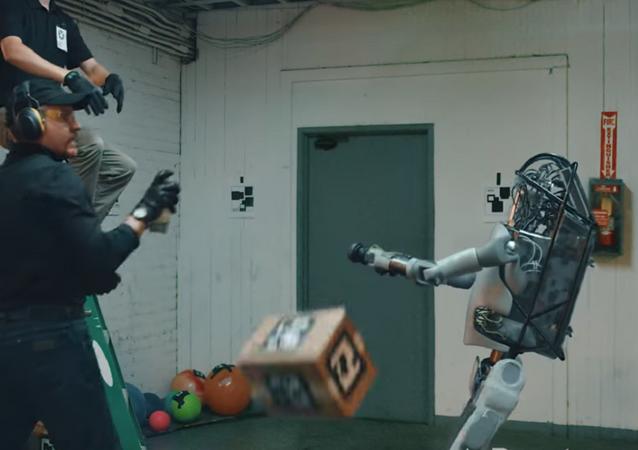 روبوت مقاتل يواجه مجموعة من البشر