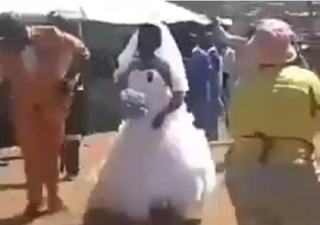 عريس يرس عروسه بالتراب