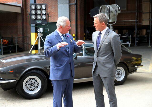تجول ولي العهد البريطاني الأمير تشارلز في موقع تصوير فيلم بوند الجديد