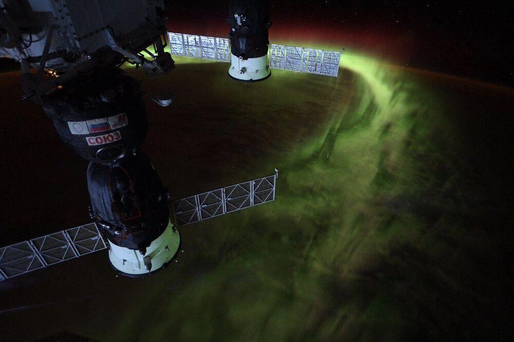 رائدة فضاء وكالة ناسا كريستينا كوخ تعرض صورة الأضواء القطبية الجنوبية من الفضاء