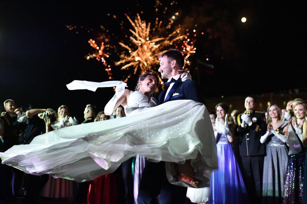مشاركو حفل الرقص الدولي الكبير في نسخته السادسة لضباط سيفاستوبول في ميدان ميخائيلوفسكي
