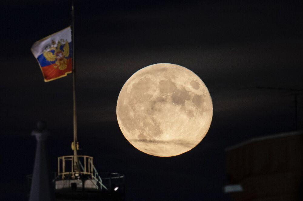القمر على خلفية قبة قصر مجلس الشيوخ في الكرملين في موسكو