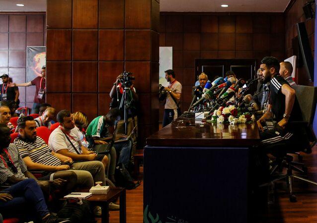 اللاعب الجزائري رياض محرز في مؤتمر صحفي بكأس الأمم الأفريقية 2019 في مصر