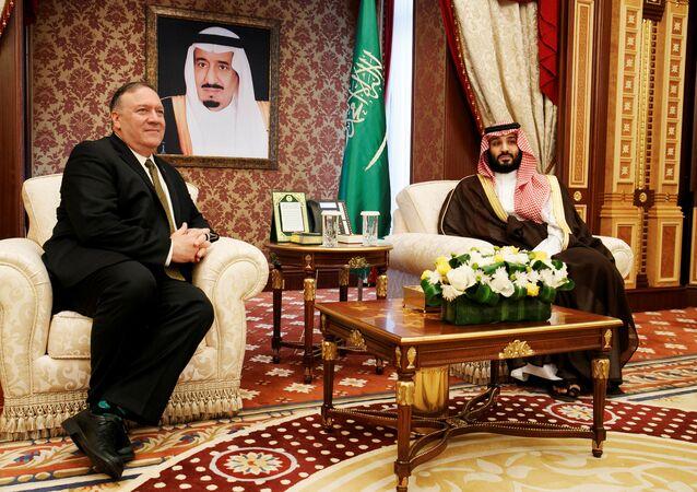وزير الخارجية الأمريكية مايك بومبيو خلال لقائه مع ولي العهد السعودي الأمير محمد بن سلمان في جدة بالمملكة العربية السعودية، 24 يونيو/حزيران 2019