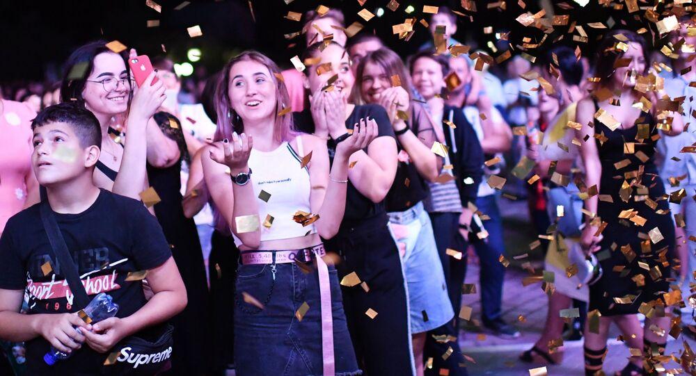 احتفال خريجي المدارس (طلاب الثانوية العامة) في مدينة ساكي بشبه جزيرة القرم