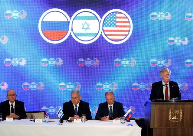 مستشار الأمن القومي الأمريكي جون بولتون أثناء القمة الأمريكية الروسية الإسرائيلية في القدس