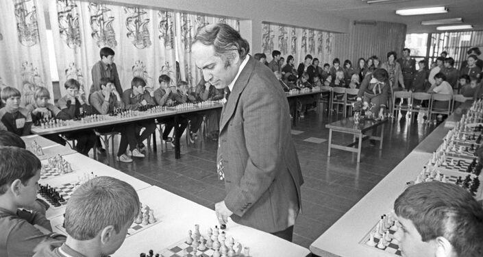 دورة ألعاب الشطرنج مع بطل العالم للشطرنج السابق ميخائيل تال في إطار فعاليات ودورات مخيم عموم الاتحاد السوفيتي أرتيك باسم ف. إ. لينين، 1977