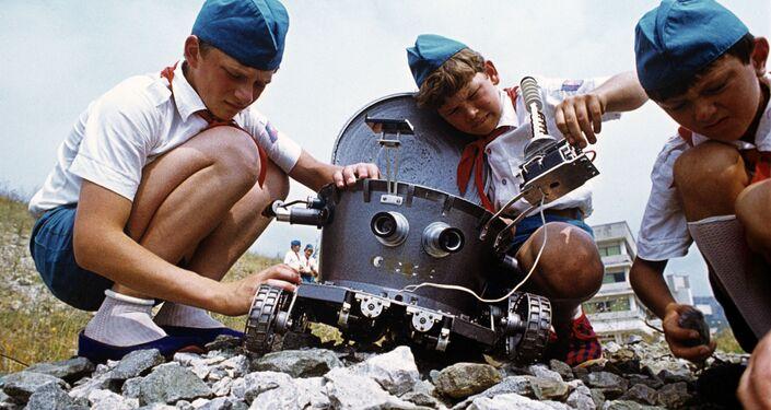 صبيان خلال فقرة يونيي تيخنيك (الفني اليافع) في إطار فعاليات مخيم عموم الاتحاد السوفيتي أرتيك باسم ف. إ. لينين، 1978