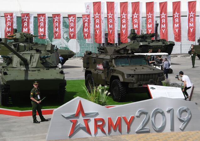 افتتاح المنتدى التقني العسكري أرميا 2019 في الحديقة العسكرية الوطنية باتريوت - المدفعية الذاتية الدفع المصممة للقوات المحمولة جوا 2إس42 لوتوس عيار 120 ملم المجنزرة