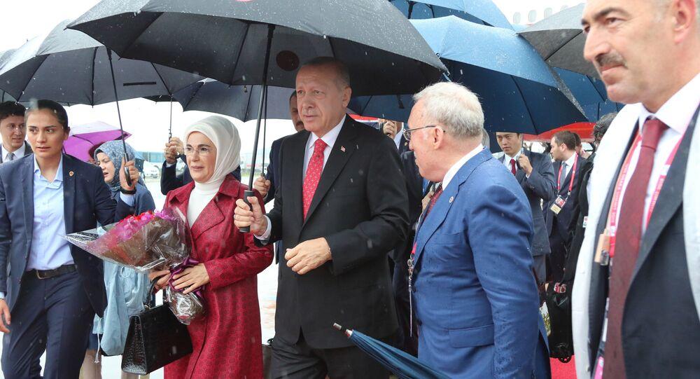 الرئيس التركي رجب طيب أردوغان وزوجته يصلان إلى مطار كانساي الدولي قبل بدء قمة قادة مجموعة العشرين في أوساكا باليابان