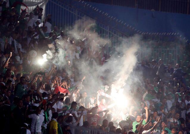 جماهير الجزائر خلال مباراة منتخب بلاده أمام كينيا