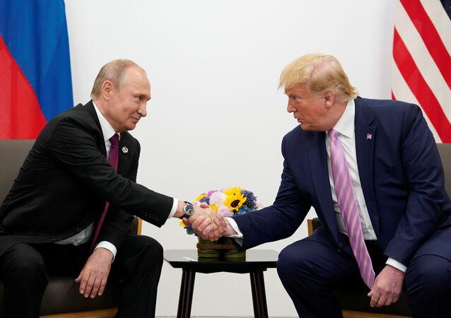 الرئيس الروسي فلاديمير بوتين والرئيس الأمريكي دونالد ترامب يتحدثان خلال اجتماع ثنائي في قمة قادة مجموعة العشرين في أوساكا