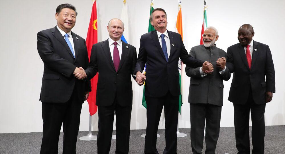 قمة مجموعة العشرين 2019 في مدينة أوساكا، اليابان 28 يونيو/ حزيران 2019 - الرئيس الروسي فلاديمير  بوتين ونظيره الصيني شي جين بينغ ورئيس الوزراء الهندي ناريندرا مودي، ورئيس جنوب أفريقيا ورئيس البرازيل