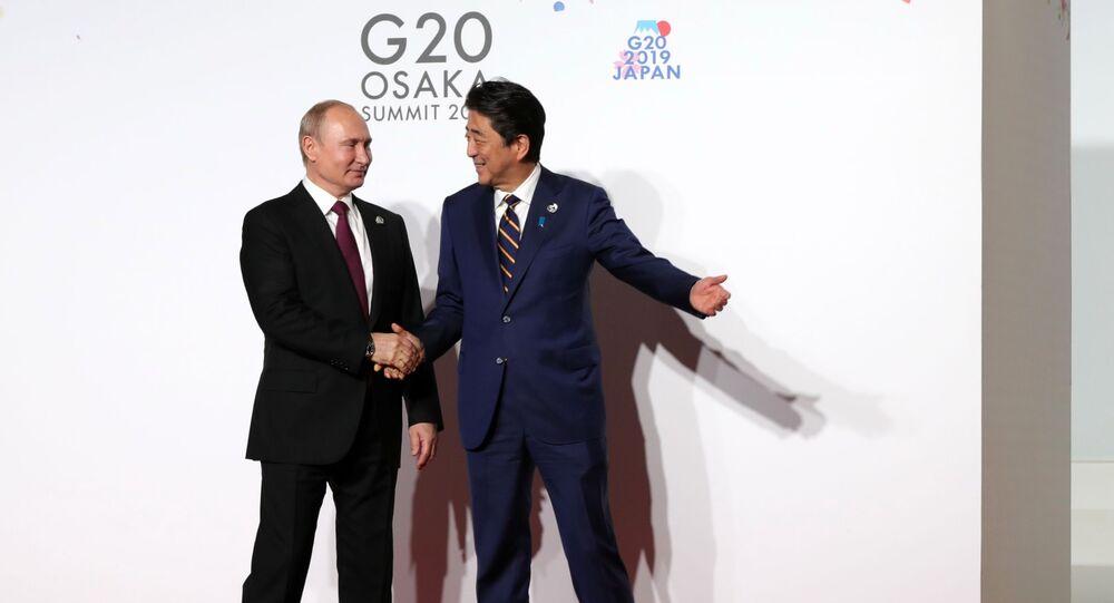 قمة مجموعة العشرين 2019 في مدينة أوساكا، اليابان 28 يونيو/ حزيران 2019 - الرئيس الروسي فلاديمير بوتين مع رئيس الوزراء الياباني شينزو آبي