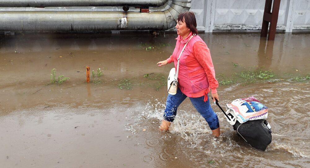 فيضانات تغلق الطريق المؤدي إلى أحد مطارات موسكو الدولية
