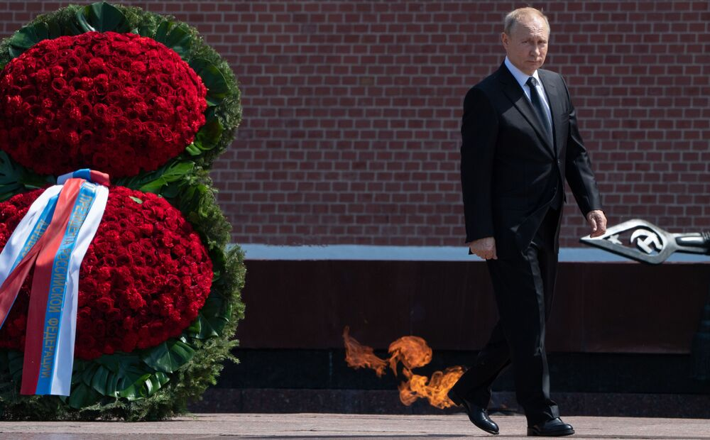الرئيس فلاديمير بوتين يضع غكليل من الأزهار في يوم إحياء ذكرى اندلاع الحرب الوطنية العظمى في الاتحاد السوفيتي، 22 يونيو/ حزيران 2019