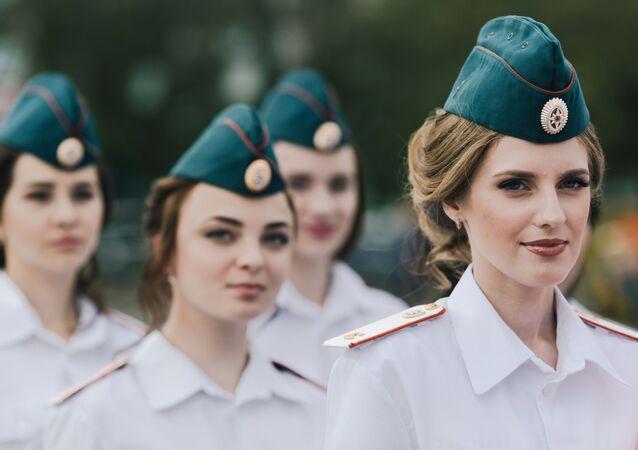 طالبات خريجات أكاديمية إيفانوفو لإطفاء الحرائق والإنقاذ التابعة لدائرة الإطفاء الحكومية الروسية خلال مراسم الاحتفال بالتخرج