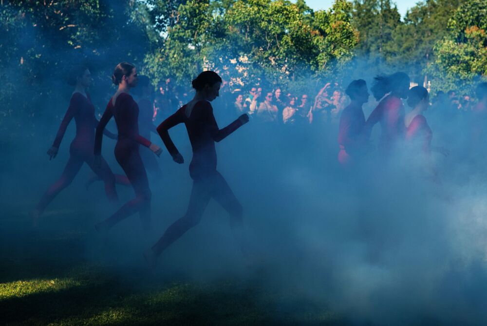 عارضات الأزياء يقدمن أزياء في حديقة  فريلينسكخلال مسرحية تسارسكايا لوجا في محمية المتحف تسارسكويه سيلو
