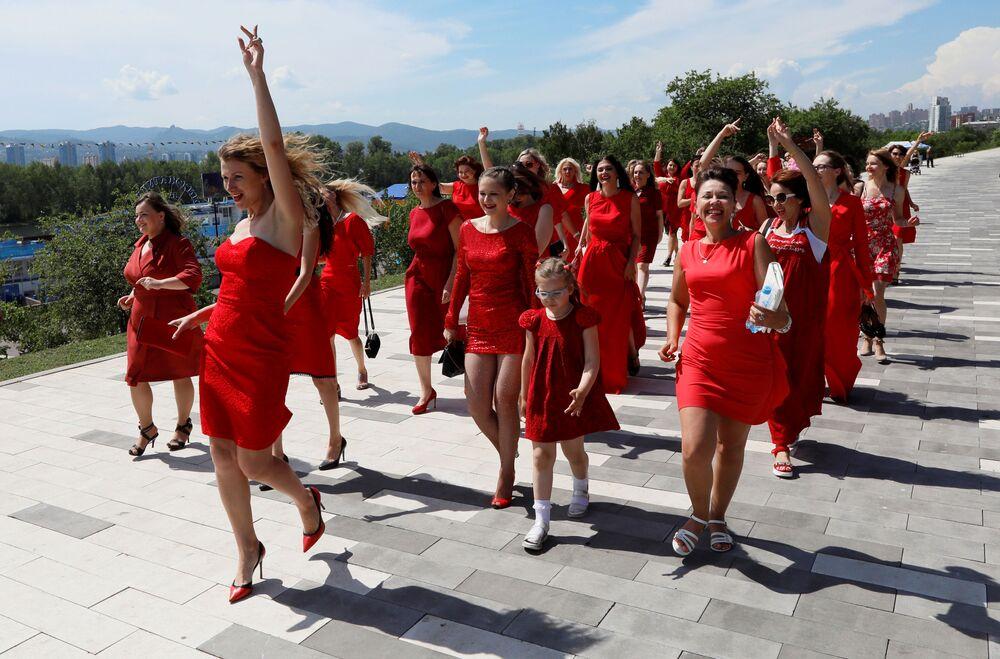 مشاركات في مهرجان سيدة في الزي الأحمر للاحتفال بـ عيد منتصف الصيف (أ, الانقلاب الصيفي) في كرسانويارسك، روسيا 22 يونيو/ حزيران 2019