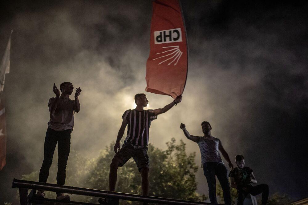 احتفال أشخاص تركيون بعد إعادة الانتخابات البلدية في اسطنبول، في كاديكوي في اسطنبول 23 يونيو/ حزيران 2019