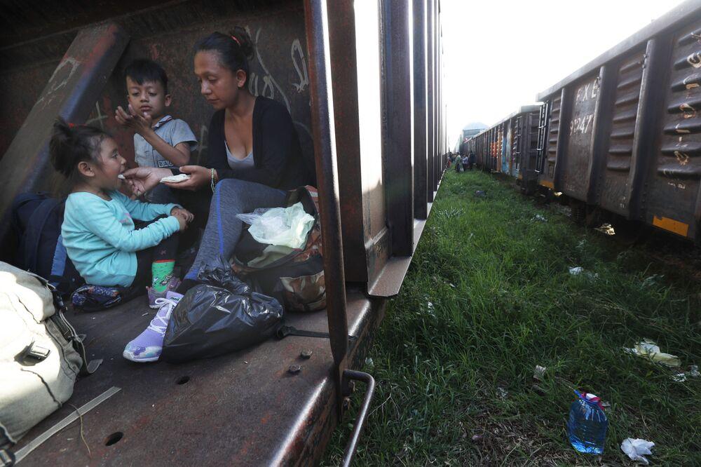 مهاجران: أم وطفل يركبان قطار شحن في طريقهما إلى الشمال، في بالينكو، ولاية تشياباس، المكسيك 24 يونيو/ حزيران 2019
