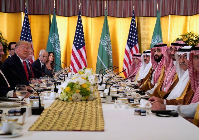 الرئيس الأمريكي دونالد ترامب يحضر اجتماع عمل مع ولي العهد السعودي الأمير محمد بن سلمان خلال قمة قادة مجموعة العشرين في أوساكا.