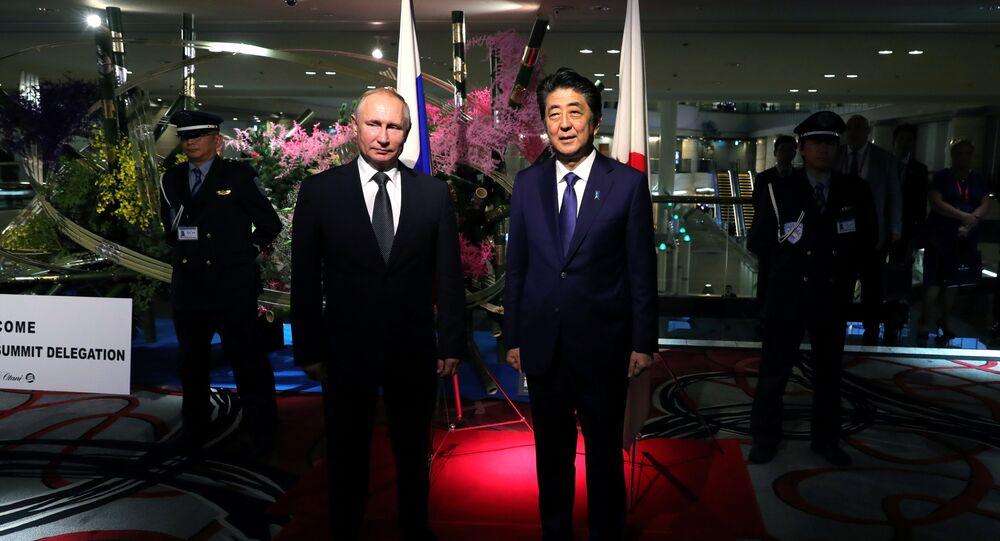 الرئيس الروسي فلاديمير بوتين ورئيس الوزراء الياباني شينزو آبي في اجتماع على هامش قمة مجموعة العشرين في أوساكا باليابان
