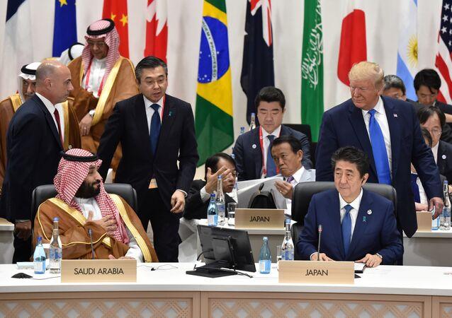 الرئيس الأمريكي دونالد ترامب ينظر إلى محمد بن سلمان ولي عهد المملكة العربية السعودية في جلسة مشاركة المرأة في القوى العاملة