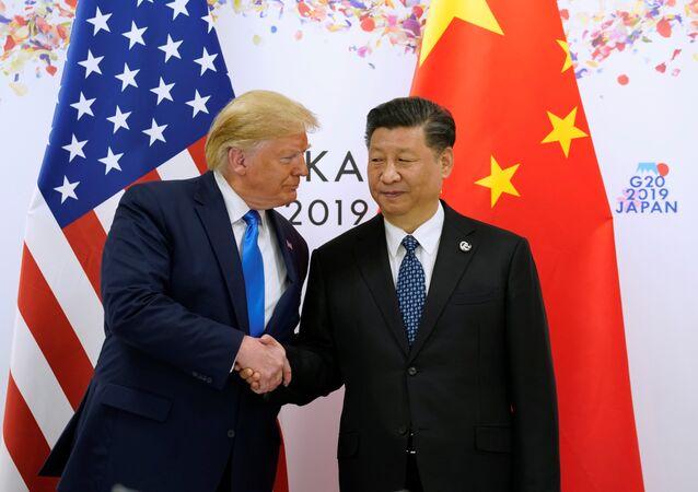 الرئيس الأمريكي دونالد ترامب والرئيس الصيني شي جين بينغ يتصافحان في اجتماعهما الثنائي خلال قمة قادة مجموعة العشرين في أوساكا باليابان