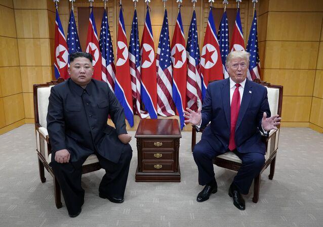 الرئيس الأمريكي دونالد ترامب وزعيم كوريا الشمالية كيم جون أون على حدود الكوريتين