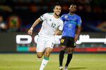لاعب المنتخب الجزائري آدون وناس بعد إحراز هدف في مباراة تنزانيا