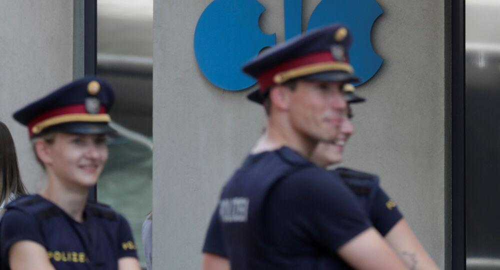 ضباط الشرطة يقفون خارج مقر منظمة الدول المصدرة للنفط (أوبك) في فيينا