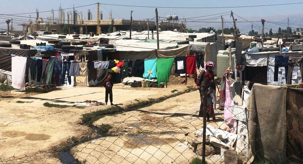 مخيم للاجئين السوريين على ضفة نهر الليطاني في لبنان