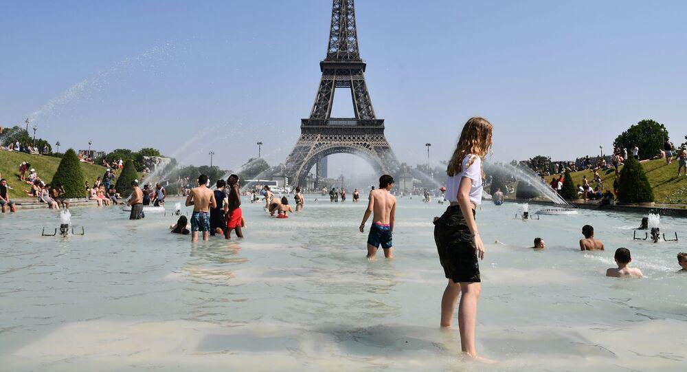 ارتفاع درجات الحرارة في باريس، حيث ارتفعت الحرارة لتصل غلى 38-40 درجة مئوية