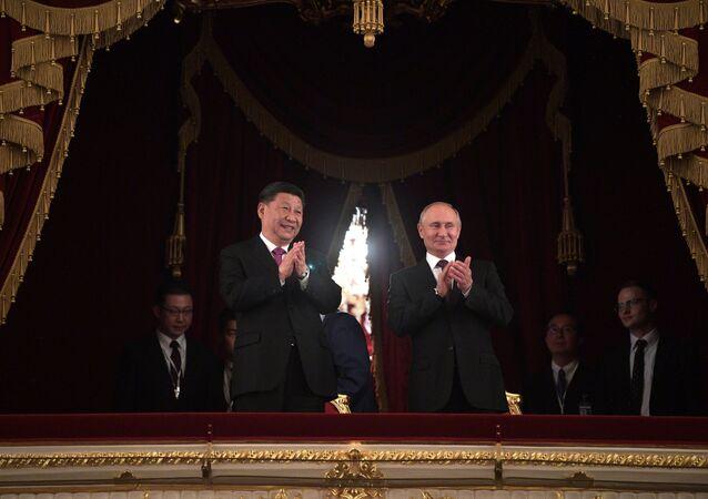 لقاء الرئيس فلاديمير بوتين مع نظيره الصيني شي جين بينغ في مساء احتفالي في مسرح بولشوي تياتر (المسرح الكبير)، بمناسبة مرور 70 عاما على إنشاء العلاقات بين روسيا والصين، موسكو 5 يونيو/ حزيران 2019