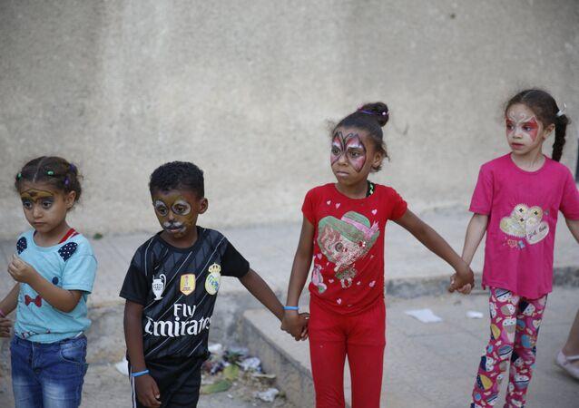 السوريون يحتفون بيوم الأطفال المشردين في مختلف المحافظات السورية