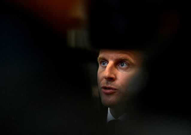 الرئيس الفرنسي إيمانويل ماكرون يغادر قمة قادة الاتحاد الأوروبي في بروكسل
