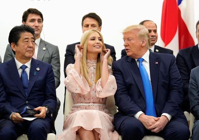إيفانكا ترامب والرئيس الأمريكي دونالد ترامب ورئيس الوزراء الياباني  شينزو آبي في قمة العشرين