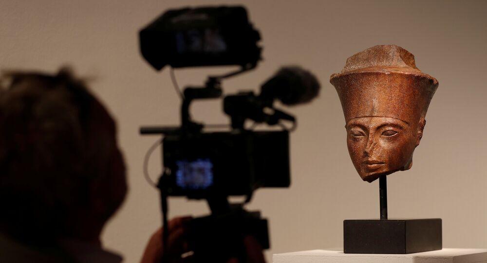 مصور يلتقط صورة لرأس توت عنخ آمون قبل بيعها في دار كريستيز للمزادات في لندن