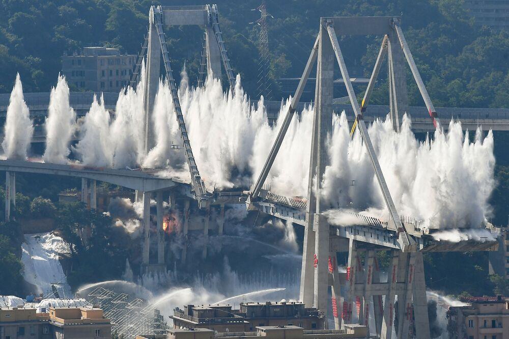 تفجير الأعمدة الشرقية لجسر الطريق السريع موراندي في جنوة في 28 يونيو/ حزيران 2019 في جنوة، إيطاليا