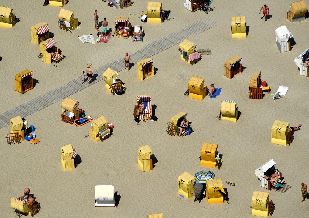 الناس على شاطئ بحر البلطيق في مدينة ترافموند، ألمانيا في 30 يونيو/ حزيران 2019