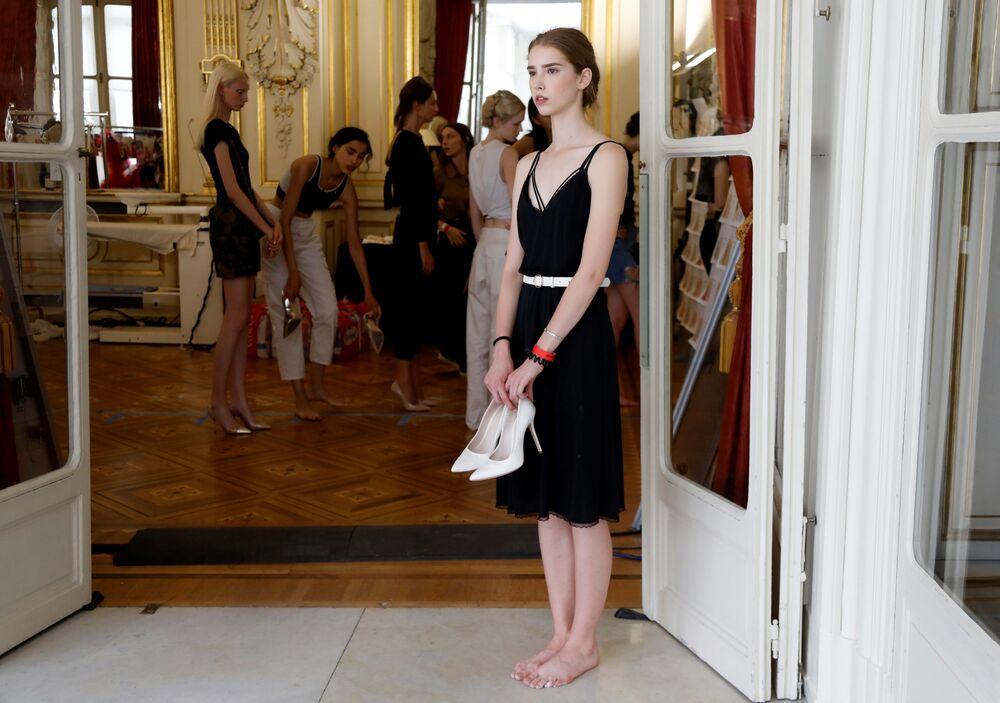 عارضة أزياء خلال بروفة قبل عرض تمارا رالف (Tamara Ralph) ومايكل روسو (Michael Russo) في أسبوع الموضة في باريس، فرنسا 1 يوليو/ تموز 2019