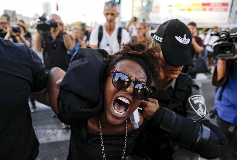 الشرطة الإسرائيلية تحتجز المتظاهرين أثناء تظاهرة ضد وحشية الشرطة في تل أبيب، التي قتل على اثرها شاب أثيوبي، 3 يوليو/ تموز 2019