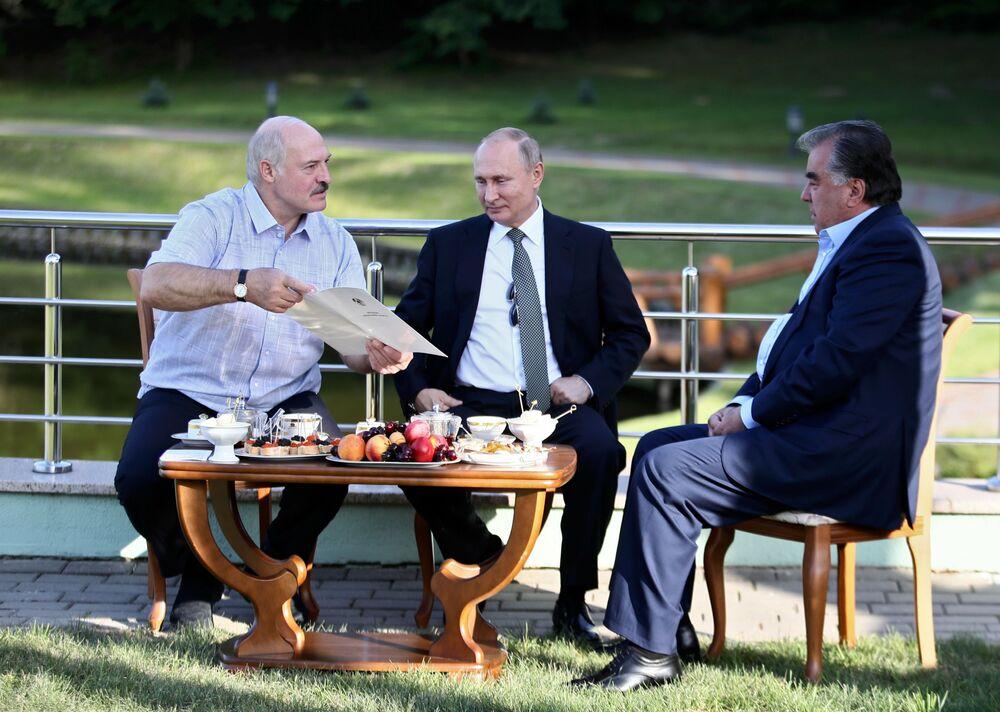 الرئيس فلاديمير بوتين، ورئيس طاجيكستان إمام علي رحمان خلال اجتماع غير رسمي في مقر إقامته في مينسك البيلاروسية