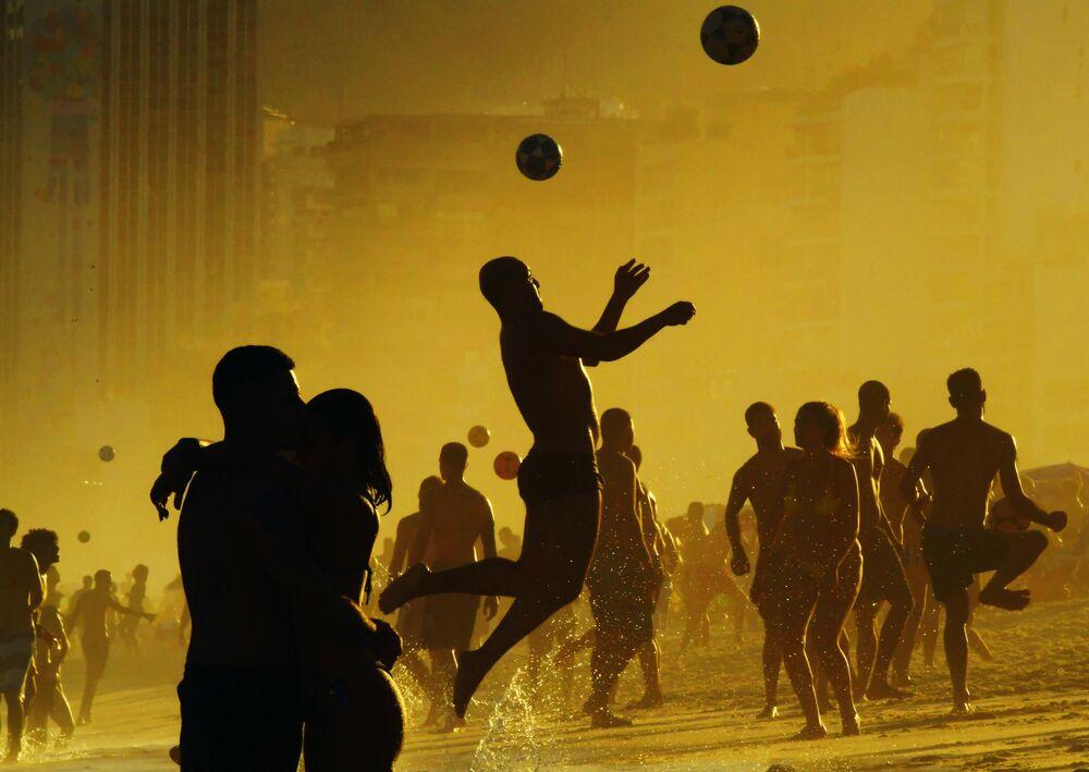 مصطافون يلعبون كرة القدم على شاطئ ريو دي جانيرو في البرازيل 30 يونيو/ حزيران 2019