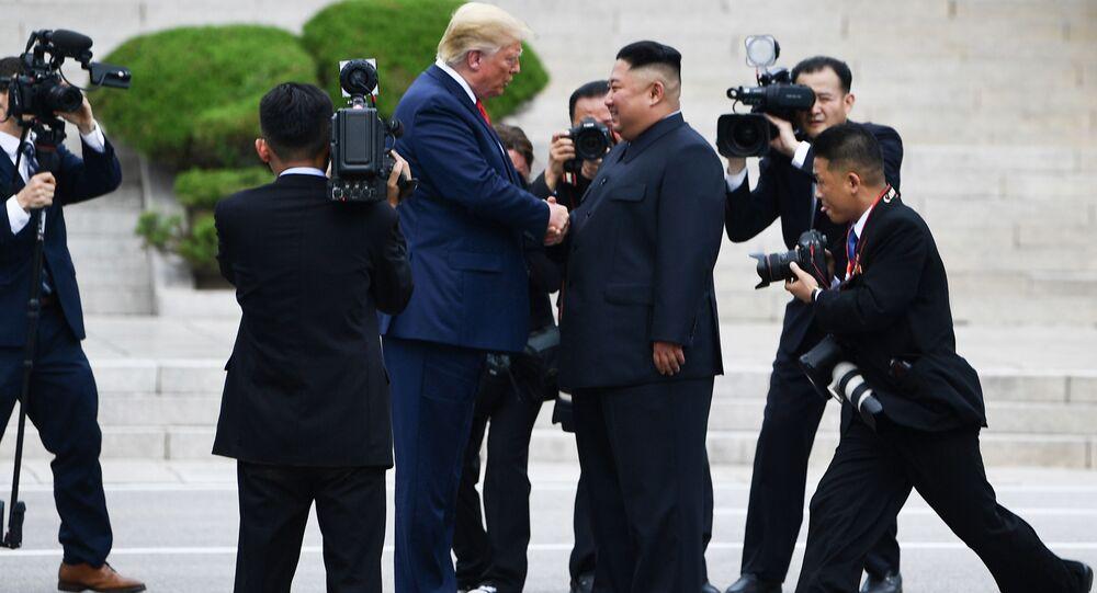 رئيس الولايات المتحدة دونالد ترامب وزعيم كوريا الشمالية كيم جونغ أون خلال اجتماعهما في بانمونجوم 30 يونيو/ تموز 2019