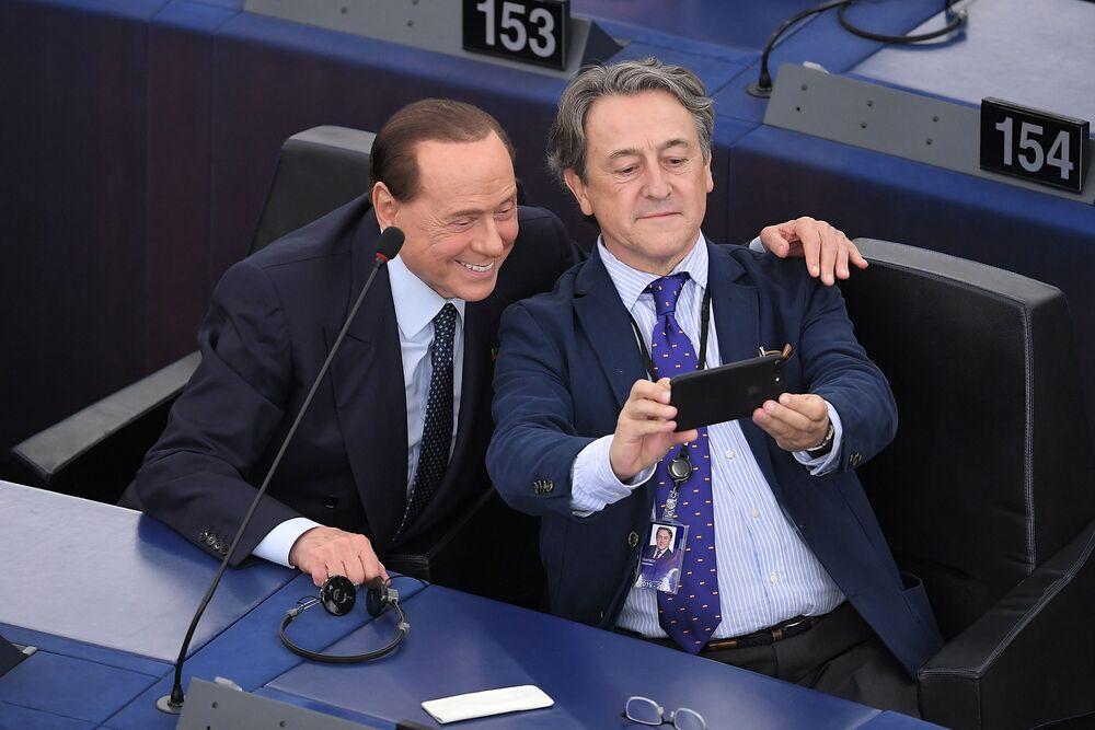 رئيس الوزراء الإيطالي السابق سيلفيو برلسكوني يلتقط صورة سيلفي مع عضو البرلمان الأوروبي الإسباني الجديد هيرمان تيرش، ستراسبورغ، فرنسا 2 يوليو/ تموز 2019