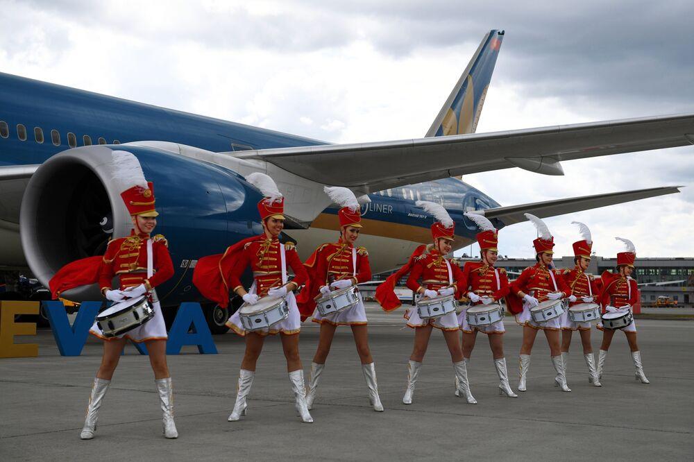 مراسم احتفالية باستقبال طائرة الخطوط الجوية الفيتنامية Vietnam Airlines في مطار شيريميتيفو الدولي، وذلك بمناسبة اطلاق رحلات مباشرة هانوي-موسكو-هانوي