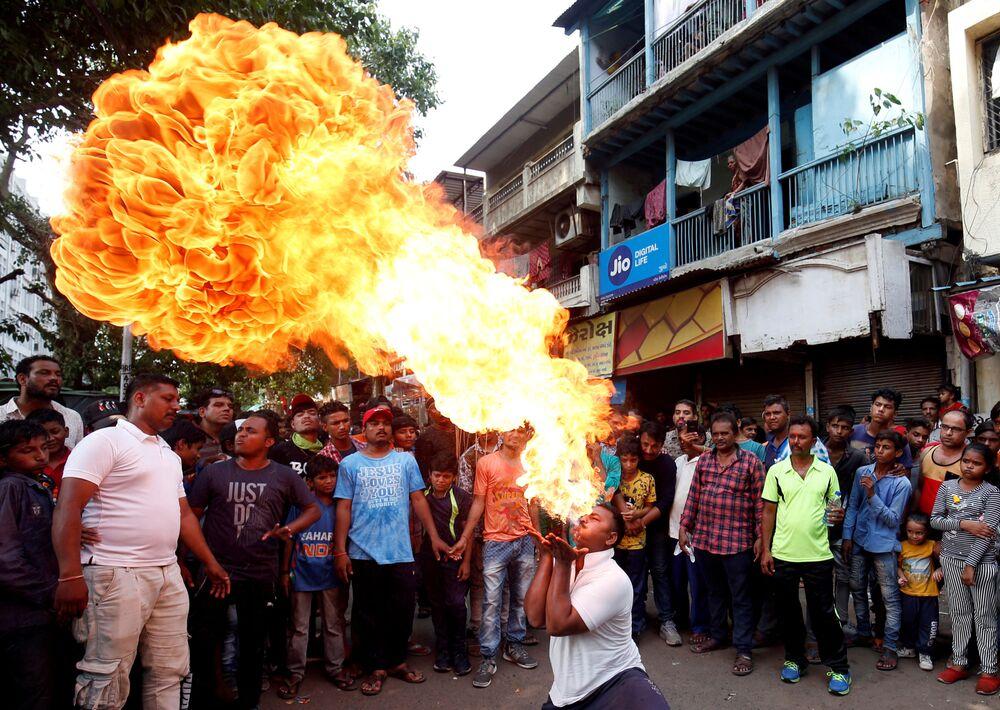 عرض ناري  في مهرجان راث ياترا في أحمد آباد، الهند 30 يونيو/ حزيران 2019