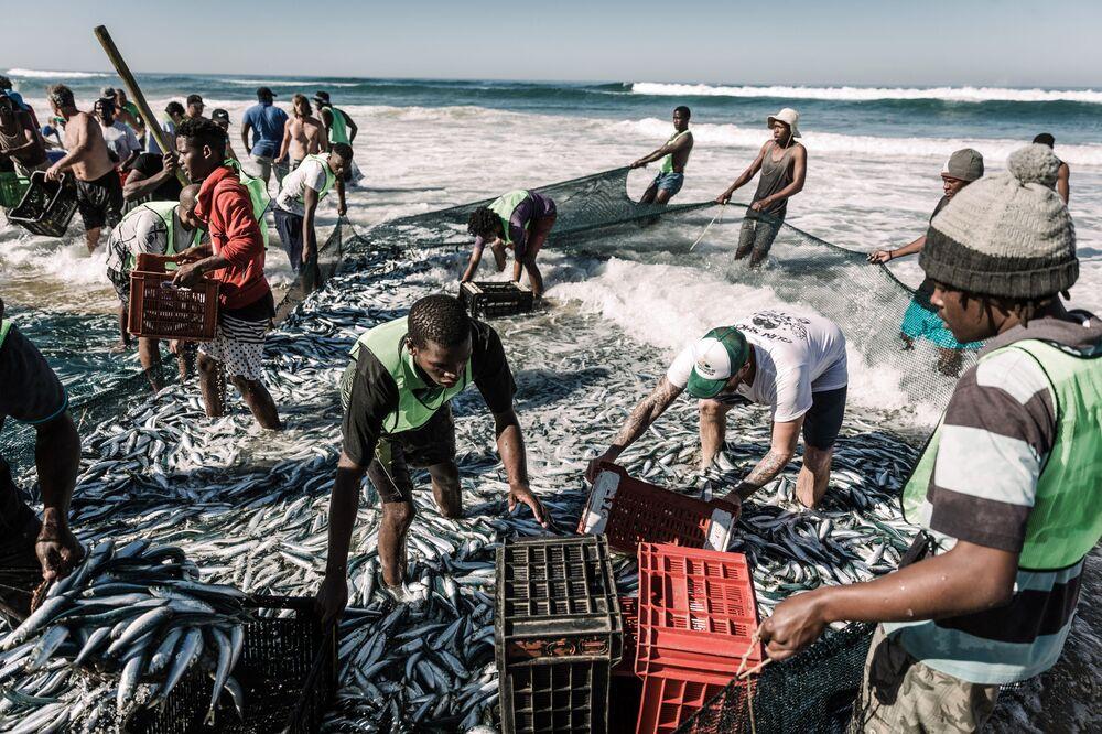 السكان المحليون يصطادون الأسماك بالشباك على شاطئ أمانزمتوتي، جنوب إفريقيا 3 يوليو/ تموز 2019
